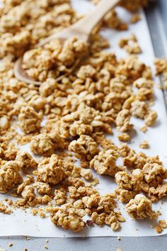 Big Cluster Peanut Butter Granola - a super simple and addictive homemade snack! Whole grains and no refined sugar. 270 calories. | pinchofy...