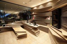 Shun Shoku Lounge par Guranavi / Kengo Kuma & Associates (Japon) Des pièces de bois empilées les unes sur les autres pour créer un intérieur unique.