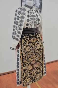 catrinte banat - Google Search Folk Embroidery, Learn Embroidery, Embroidery Patterns, Antique Quilts, Out Of Style, Traditional Outfits, Fashion Art, Going Out, Two Piece Skirt Set