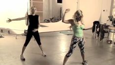 Video: Nicole Richie Shows Off Her Dance Moves Working Out With Tracy Anderson!: Celebrity trainer Tracy Anderson hinted to us just last month that she's teaming up with Nicole Richie for a new project, and today here's their awesome new workout video! Tracy Anderson Diet, Tracy Anderson Method, Trying To Lose Weight, Ways To Lose Weight, Weight Loss Goals, Weight Loss Journey, Join A Gym, Stay In Shape, Dance Moves