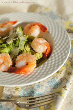 Avocado pesto pasta with shrimps