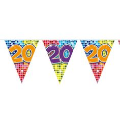 Wordt er iemand 20 jaar, is er een gelukkig stel al 20 jaar getrouwd, of vieren jullie een ander jubileum? Deze kleurrijke slinger staat perfect op ieder soort feestje! De slinger is enkelzijdig bedrukt, heeft 12 vlaggetjes en is 3 meter lang.Afmeting:  lengte 3 meter - Mini Vlaggenlijn Blocks 20 jaar, 6mtr.