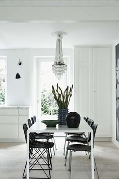 A visit inside a private home in Copenhagen with pine wood flooring. In this home they choose 6 metres long pine planks with lye and white floor soap. Dining Room Chairs, Table And Chairs, Dining Tables, Dining Area, Modern Room, Modern Decor, Home Design, Pine Wood Flooring, Dining Room Inspiration