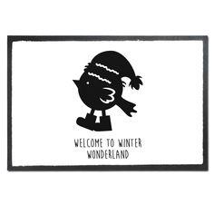 Fußmatte Druck Weihnachtspinguin aus Velour  Schwarz - Das Original von Mr. & Mrs. Panda.  Die wunderschönen Fussmatten von Mr. & Mrs. Panda sind etwas ganz besonderes. Alle Motive werden von uns entworfen und konzipiert und jede Fussmatte wird von uns in unserer Manufaktur selbst bedruckt und liebevoll an euch verschickt. Die Grösse der Fussmatte beträgt 50cm x 70cm.    Über unser Motiv Weihnachtspinguin  Ein Pinguin ist ja eigentlich Kälte gewöhnt. Trotzdem liebt dieser kleine Pinguin es…