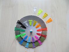 Párování barvy - matching colors (plastové kancelářské sponky, kolečka z tvrdého papíru spojená gumičkou)