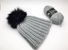Hæklet hue med pompon, Gratis hækle opskrift på hæklet hue med pompon, pelskvast. Hækleopskrifter, hæklet hue, hækle guides og inspiration Chrochet, Knit Crochet, Crochet Hats, Owl Hat, Projects For Kids, Diy And Crafts, Winter Hats, Beanie, Textiles