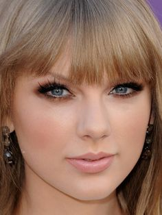 Now this is what I consider flawless makeup...perfection to those gorgeous lashes and copper lids to her pale nude pink lips...beautiful!