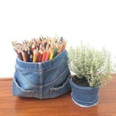 Avete una pila di vecchi jeans? Trasformateli! Ecco 9 idee davvero furbe per riciclare i jeans, facili anche per chi non sa usare ago e filo. Denim Jeans, Upcycle, Recycling, Projects To Try, Shabby Chic, Sewing, Crafts, Bags, Don't Forget