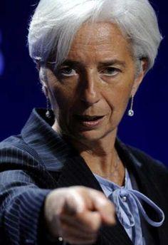 FMI insta a España elevar el IVA  La directora gerente del FMI, Christine Lagarde, recomienda subir el IVA, así como los impuestos indirectos y medioambientales, además de acometer una reforma de la financiación autonómica.  Los últimos pronósticos para España del FMI recogidos en el informe anual sobre la economía española, prevén que el déficit del país cierre 2016 en el 4,5%, una décima menos que el objetivo pactado con Bruselas, mientras que en 2017 alcanzará el 3,2%, frente a la meta…