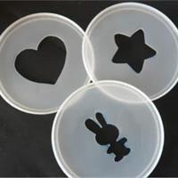 Fabriquer des pochoirs avec les couvercles des boîtes de lait bébé!! Génial car... lavable :)