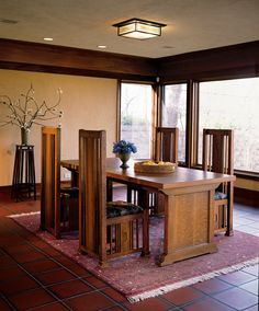 Wright's Prairie School designs favored spindles over Stickley's slats, and suggest some British influence; this Barrel chair is an evolution of earlier designs. Bungalow Dining Room, Craftsman Dining Room, Craftsman Furniture, Dining Rooms, Arts And Crafts Furniture, Arts And Crafts House, Simple Furniture, Home Crafts, Mission Furniture