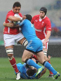 Umwerfend: Der italienische Rugby-Nationalspieler Andrea Masi (M) führt bei den Six Nations im Spiel gegen Wales ein regelrechtes Tackling an Gegenspieler Toby Faletau aus. (Foto: Ettore Ferrari/dpa)