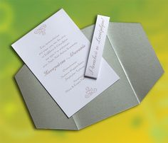 Το χαρτί από το οποίο είναι κατασκευασμένο το προσκλητήριο είναι ποιοτικό χαρτί για προσκλητήρια (βάρους 250γρ.) με μεταλλική επίστρωση (ιριδίζων) και ασημένια απόχρωση.
