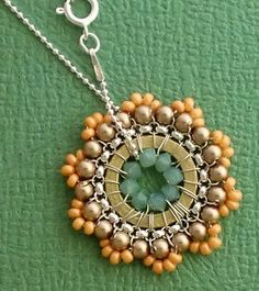 Love this flower necklace. My daughter could make that! Wire Wrapped Jewelry, Wire Jewelry, Pendant Jewelry, Jewelry Crafts, Beaded Jewelry, Handmade Jewelry, Jewellery, Diy Necklace, Necklace Charm