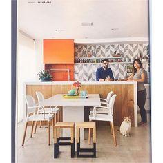 Projeto lindo da arquiteta @flaviagerabtayar na última revista @casaejardim com nossos azulejos Raiz cinza :-)) // Shop Online www.lurca.com.br/ #azulejos #azulejosdecorados #revestimento #arquitetura #reforma #decoração #interiores #decor #casa #sala #design #cerâmica #tiles #ceramictiles #architecture #interiors #homestyle #livingroom #wall #homedecor #lurca #lurcaazulejos
