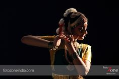 FotoZone - Experienced Bhratanatyam and Classical Dance Photographer, has closely worked with almost all leading Classical Dance Teachers in India. Model Poses Photography, Dance Photography, Photo Poses, Photo Shoot, Dancers Pose, Indian Classical Dance, Dance With You, Dance Teacher, Kerala