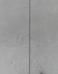 Verbetering: Hier zie je een foto van de vloer. De scheiding van de twee betonnen vlakken vormt een lijn.