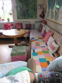 This just screams come curl up with a cup of tea and chat or read or nap or journal...