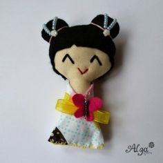 Kokeshi panenka s motýlkem