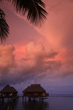 ✮ A spectacular sunset paints the skies above the island of Moorea