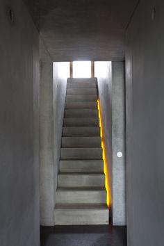 """Escalier béton - le néon jaune entre l'escalier et le mur apporte une touche tonique et le rend moins """"brut"""""""