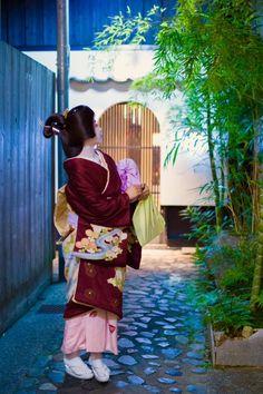 Oiran & Geisha | The geiko Ichitomo of Kamichishiken with a...