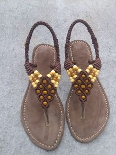 Macrame sandals Macrame Knots, Micro Macrame, Macrame Jewelry, Macrame Projects, Macrame Patterns, Crochet Slippers, Bare Foot Sandals, Crochet Crafts, Diy And Crafts