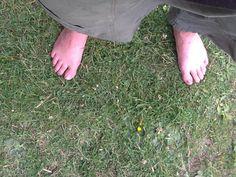 Tocar la hierba con los pies, algo barato y reconfortante.