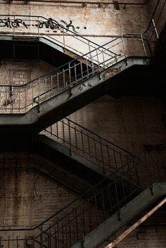 Op zoek naar industriële trappen.. Misschien het balkonhekje van de erker terug laten komen? (JP)
