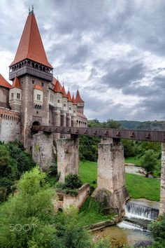 The 7 Best Romanian Castles in Transylvania Chateau Medieval, Medieval Castle, Beautiful Castles, Beautiful Buildings, Most Beautiful, Romanian Castles, Chateau Moyen Age, Transylvania Romania, Transylvania Castle