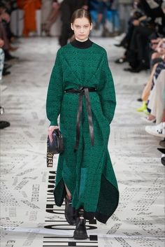 Stella McCartney Fall 2019 Ready-to-Wear Fashion Show Stella McCartney Fall 2019 Ready-to-Wear Collection – Vogue Women's Runway Fashion, Fashion Week, Paris Fashion, Fashion Models, Womens Fashion, Fashion Trends, Fashion Fashion, Stella Mccartney, Style Vert