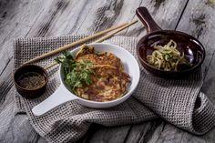 Pajan chilivel - fokhagymás szójaszósszal, babcsíra salátával | Kedvenced a palacsinta? Mutatunk valami újat a témában, ez nem más, mint a pajan, ami egy ázsiai, azon belül is egy japán palacsintaféle. A japán konyhát ismerjük, a sushit valószínűleg senkinek sem kell bemutatnunk. Mégis érdemes egy kicsit bővíteni ételismeretünket e körben, hiszen számos tápláló, egészséges, friss és különleges ételt tartogat számunkra a japán konyhaművészet, így ezt is. A pajan érdekessége nemcsak az… Ramen, Sushi, Chili, Ethnic Recipes, Food, Chile, Essen, Meals, Chilis