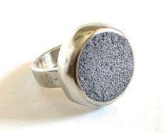 VENTE - 50% de rabais // Bague imposante en bronze blanc et ciment gris / bague béton / bijoux béton / bijoux modernes / bague ciment