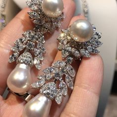 Incredible diamonds & Pearls earrings @vancleefarpels !! #dubai #artdubai2017 #artdubai #luxury #luxurylife #luxurystyle #luxurydesign #luxuryjewelry #instagood #instamood #instalike #instagram #instadaily #instafollow #inspiration #queen #royal #mydubai #diamond #followme #style #gold #amazing #fabulous #highjewelry #finejewelry #hautejoaillerie #girl #love #life