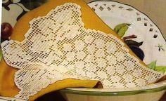 """Da revista """"Arte per creare filet"""", um naperon original.   manela"""