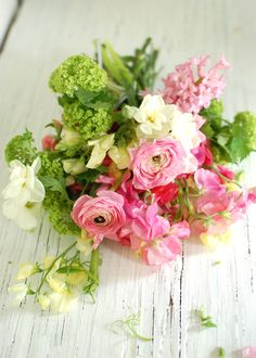 meraviglioso!    2 bunches of pink and white sweet peas  2 stems of pink ranunculus  3 stems of viburnum  1 stem of pink hyacinth (opened)  1 stem of double daffodil