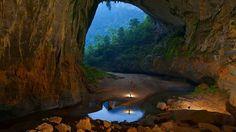 Encuentran en la cueva mas grande del mundo, con más de 5 kilómetros de longitud, 200 metros de altura y 150 metros de ancho, un auténtico bosque alimentado por un rio subterraneo. Son Doong Cave, Vietnam. Fotografía de Peter Carsten http://viagem.uol.com.br/ultnot/bbc/2011/08/10/fotografo-registra-maior-caverna-do-mundo-no-vietna.jhtm