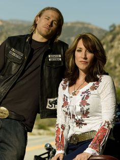 Sons of Anarchy - Jackson 'Jax' Teller (Charlie Hunnam) & Gemma Teller Morrow (Katey Sagal) Season 1