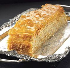 Ο μπακλαβάς της Γέρας Λευκό ποίηµα, γεµάτο ασπρισµένα αµύγδαλα. Ψηλός, καµαρωτός και φίνος, προσφέρεται από τη νύφη στην πεθερά, µέσα σε κεντηµένο µεταξωτό. Greek Sweets, Greek Desserts, Greek Recipes, Vegan Desserts, Easy Desserts, Sweets Recipes, Baking Recipes, Baklava Recipe, Baklava Cheesecake