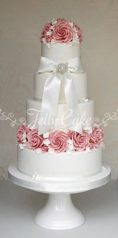 Beautiful traditional wedding cake...    ᘡղbᘠ