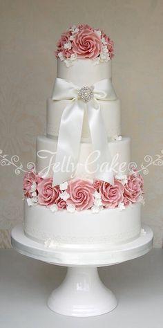 Beautiful traditional wedding cake...    ᘡղbᘠ