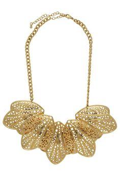 O maxi colar de folhas dourado está super na moda. Banhada a ouro 18k, essa peça é ideal para combinar com camisa jeans, que é uma tendência do mundo fashion. Mescle essa bijuteria fina com anéis e pulseiras da moda.  Dimensões: 36 cm de comprimento aberto e 7,5 cm de extensor.  Peso: 78 gramas.