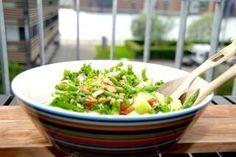 Melonsalat med asparges er lavet med en halv galia melon, der blandes med grønne asparges, radiser, agurk og ristede mandler. Den passer super godt til blandt andet kylling. Foto: Guffeliguf.dk.