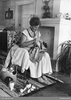 En bohuskofta kommer till på Instön. Fotograf: Erik Liljeroth. Big Shoulders, Poncho Sweater, Working Woman, Knitting Ideas, Just For Fun, Vintage Photos, 1940s, The Past, Portrait