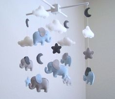 Dieses Baby Mobilfunktionen 6 Baby-Elefanten in hellblau und grau und hängen in der Mitte ist ein Mutter-Elefant in hellblau und grau mit eine