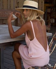 Two things you want to avoid when it comes to self-tanner: looking streaky and orange. So we spent hours testing and researching hundreds of the best self-tanners for your skin. Fashion Foto, Look Fashion, Mode Outfits, Fashion Outfits, Womens Fashion, Fashion Trends, Dress Fashion, Fashion Mask, Looks Street Style