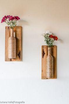 Vasos feitos em garrafas,e com molduras de caixas de feira! Impermeáveis, ótimas para varandas e sacadas! Wine Bottle Art, Wine Bottle Crafts, Bottle Wall, Wood Crafts, Diy And Crafts, Arts And Crafts, Craft Projects, Projects To Try, Diy Home Decor