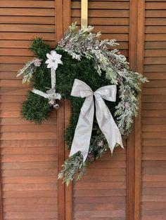 Horse Wreath/ Horse Head Wreath/Christmas Wreath/Christmas Horse Christmas Horses, Plaid Christmas, Christmas Wreaths, Horse Head Wreath, Snow Flock, Unicorn Wall, Silver Bow, Horse Photos, Pretty Horses