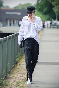 // Supercool: Redakteur Moritz @moritzlindert beweist sein Händchen für einen lässigen Style und trägt ein Oversize-Hemd zu einer Oversize-Hose. Shoppt den Style hier nach: http://liketk.it/2oJp0 // Supercool: Editor Moritz proves his faible for a casual streetstyle. He wears an oversize-trousers and oversize-shirt. Shop his look @liketoknow.it