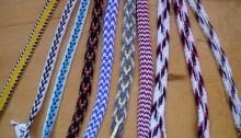 From simply the best site: Finger loop braids of 8 loops--two-braider braids made with a solo-braider technique Curly Crochet Braids, Curly Hair Braids, Finger Weaving, Hand Weaving, Tablet Weaving, Triangle Part Braids, Black Box Braids, Different Braids, Lucet